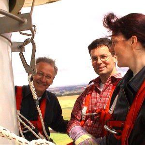 2001 erkundeten Walter Langer (l) und Martina Koch (r) eine Windkraftanlage