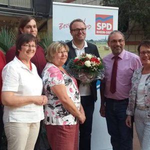 : Wolfgang Henseler und Ortsvereinsvertreter gratulieren Folke große Deters (Mitte).