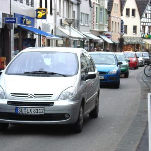 Meterlange Blechlawinen stören beim Bummel in der Hauptstraße