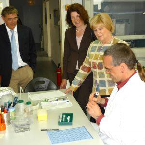 Dr. Thomas Jansen von der Certagen    GmbH zeigt Ulrike Merten, Martina Koch und Jörg Stegemann (von rechts  nach links) seine Arbeit.
