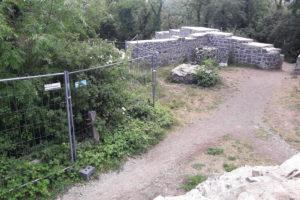 Blick vom Burghof auf den Sanierungsbereich mit Bauzaun